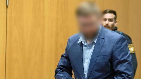 Im Landgericht Augsburg wird gegen einen 34-Jährigen aus dem Landkreis Augsburg verhandelt, der seinen Arbeitskollegen getötet haben soll. Es kommen immer neue Details ans Licht.