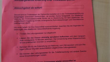 Mit Flugblättern werden die Bürger in Aystetten über das Abkochgebot informiert. Im Trinkwasser wurden Keime gefunden.