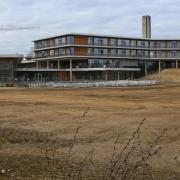 So weitläufig sieht das Außengelände der neuen Gersthofer Anna-Pröll-Mittelschule aus. Bis spätestens anfang März soll dann die Landschaftsgestaltung beginnen.