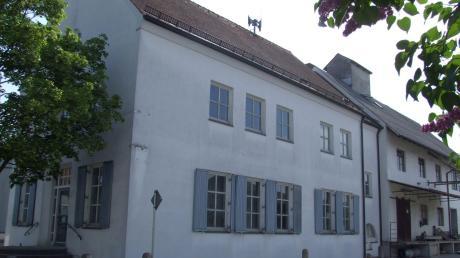 Das ehemalige Gebäude der Raiffeisenbank in Kutzenhausen soll künftig zum neuen Domizil für Ortsvereine werden. Der rechte Teil des Hauses wurde im Rahmen der Feuerwehrhausplanung bereits abgerissen.