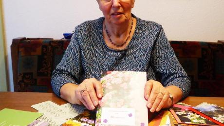 Mit den bunten Glückwunschkarten bereitet Gertrud Süßmilch ihren Freunden und Bekannten nicht nur Freude, sondern auch Trost.