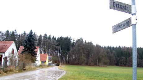 Die Erschließung des neuen Baugebiets im Fischacher Ortsteil Wollmetshofen erfolgt über den Höflesweg. Rechts auf dem Bild werden insgesamt acht Grundstücke zur Bebauung mit Einzel- und Doppelhäuser ausgewiesen.