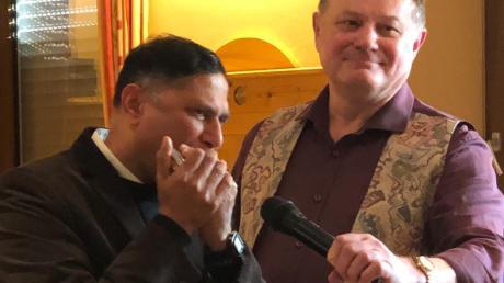 Pfarrer Norman D'Souza spielte auf seiner Mundharmonika – unterstützt von Chorleiter Konrad Eser.