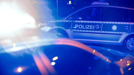 Neu-Ulm - Verkehrsunfall - Unfall - PKW - Blaulicht - Polizei Einsatz - Rettungskräfte am Unfallort - Symbol - Symbolfoto - Symbolbild