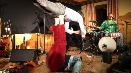 """Ralf Wieland (liegend) und Simon Schorndanner von """"Gankino Circus"""" zeigten in einer akrobatischen Nummer den """"Fränkischen Flieger""""."""