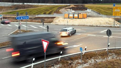 Die Arbeiten an der Umfahrung von Adelsried laufen. Auf Höhe der Anschlussstelle Adelsried wird in den Sommerferien ein Kreisverkehr integriert.