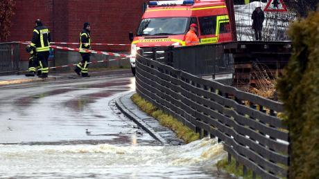 Die Fischacher Mühlstraße stand ab dem Nachmittag unter Wasser und wurde von der Feuerwehr gesperrt.