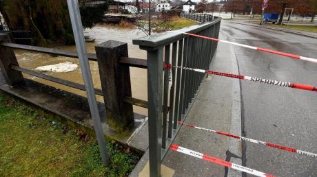 Bei der Mühlstraße, die zu Schule und Kindergarten führt, hieß es Land unter. Die Brücke bei der Wilhelm-Wörle-Straße wiederum stand kurz vor der Überflutung.