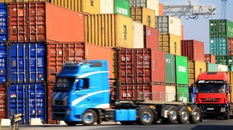 Vier Personen rennen nach Öffnung eines Containers davon.