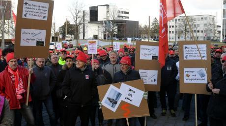 Kundgebung gegen die Schließung des Meitinger Produktionsstandort von Showa Denko: Dem Konzern wird der Bruch von Vereinbarungen vorgeworfen. Zugleich gibt es die Befürchtung, dass jetzt der gesamte Standort in Gefahr gerät.