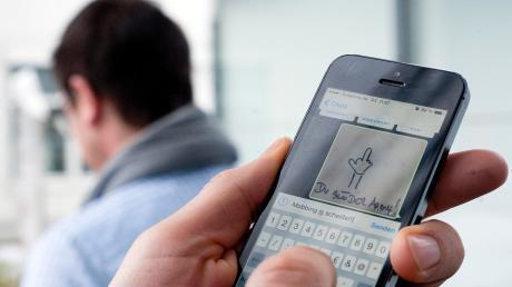 Auf dem Handy seiner Frau habe er Nachrichten von einem fremden Mann gefunden.