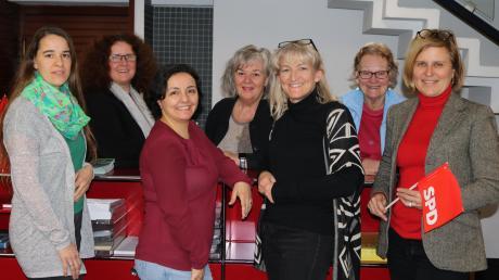 Der neue Vorstand des Arbeitskreises sozialdemokratischer Frauen im Landkreis Augsburg (von links): Heike Heubach, Silke Haarmann, Gülüzar Starizin, Sonja Hefele, Janine Hendriks, Margit Schäfer und Simone Strohmayr.