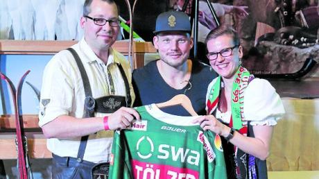 Die überglückliche Gewinnerin des Hauptpreises Stephanie Schütze mit Ehemann (li.) und Steffen Tölzer (Mitte).