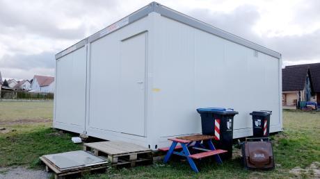 Weil eine 50-Jährige und ihr Sohn obdachlos wurden, stellte die Gemeinde Emersacker für sie vor rund neun Monaten diese Notunterkunft auf.
