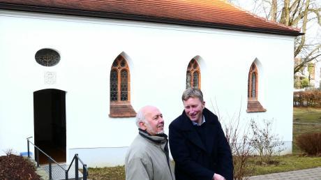 Andreas Seitz (links) erläuterte beim Halt die Geschichte der ehemaligen Schlosskapelle im Notburgaheim Westheim. Das Bild zeigt ihn mit Bürgermeister Richard Greiner, der die Bustour leitete.