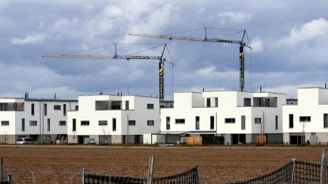 Baukräne sind in Langweid ein alltäglicher Anblick, die Gemeinde wächst stetig.
