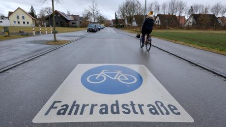 In Königsbrunn gibt es bereits eine Fahrradstraße zwischen Gymnasium und Eishalle. In Stadtbergen wird dieses Modell derzeit jedoch nicht übernommen, die Grünen sind mit ihrem Vorschlag gescheitert.