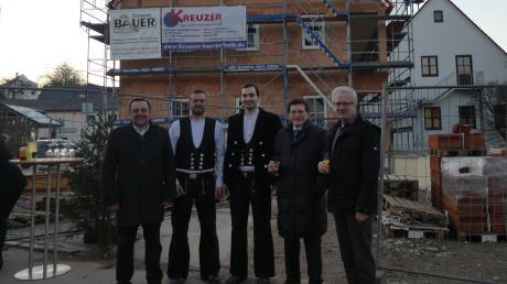 Der Richtspruch wurde vor dem neuen Mehrzweckhaus in Heretsried gefeiert. Im Bild (von links) Bürgermeister Heinrich Jäckle, Zimmerermeister Wolfgang Bauer und sein Mitarbeiter, Landtagsabgeordneter Georg Winter und Zweiter Bürgermeister Karl-Heinz Tomaschewski.