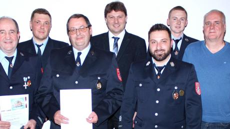 Ehrung bei der Feuerwehr Herbertshofen (von rechts): Lothar Mayr, Wolfgang Mayr, Markus Sindl, Dominik Dirr, Bürgermeister Michael Higl, Josef Schneid, Wolfgang Schiller, Georg Roth und Wolfgang Wagenknecht.