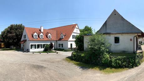 In Oberschöneberg soll der Katholische Kindergarten St. Ulrich (links) soll erweitert werden. Um Platz zu gewinnen, soll dafür die ehemalige Lagerhalle (rechts) abgerissen werden.