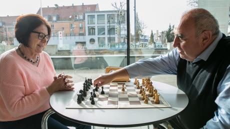 Getrud Haas und Klaus Greiner liefern sich im Café der Stadtbibliothek Gersthofen eine Partie Schach.