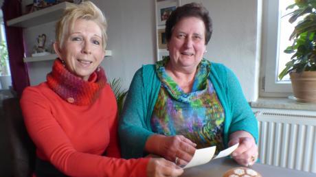 Spontan setzte sich Evelyn Nieder (links) in ihr Auto und kam von Ansbach zu ihrer Freundin Hedwig Rößle (rechts), um gemeinsam mit ihr alte Faschingserlebnisse wieder aufleben zu lassen.