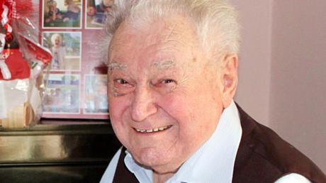 Meitingens Bürgermeister Michael Higl (links) überbrachte Jubilar Hans Egger die Glückwünsche der Marktgemeinde zum 90. Geburtstag.