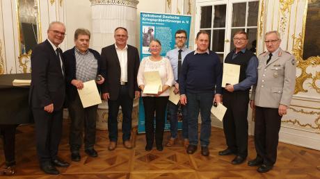 Die Geehrten von links: Dr. Lohner, Wilhelm Steinbacher, Bürgermeister Edgar Kalb, Klara Mair, Harald Weyh, Emil Seibold, Gerhard Veitz, Oberstleutnant d. R. Toni Resch.