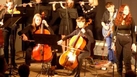 "Bei ""Rock meets Classic"" zeigten Schüler und Lehrer der Musikschule Biberbach, wie gute beide Musikrichtungen zusammenpassen."