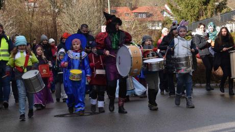 Singend, trommelnd und tanzend zogen Schüler der Schule für Musik und Bewegung durch Aystetten und trieben so den Winter aus.