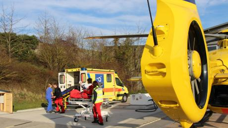 Nachdem der Mann aus dem zweiten Stock geholt worden war, konnte ihn anschließend ein Rettungshubschrauber in die Universitätsklinik fliegen.