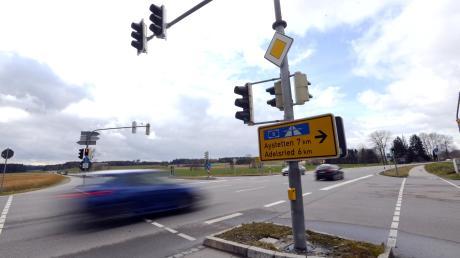 Lange Zeit war die Kreuzung zwischen Biburg und Horgau an der ehemaligen B10 eine der gefährlichsten Kreuzungen im Landkreis, es kam zu teils schlimmen Unfällen. Inzwischen staut sich zu Stoßzeiten der Verkehr.