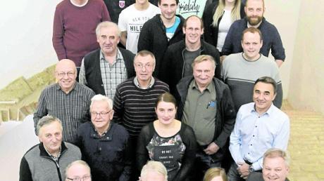 Zahlreiche Helfer wurden als Dank für ihr Engagement rund um den Engerlmarkt zu einem Abendessen eingeladen. Vorne im Bild Franz Rechner, Wilhelm Schmitz, Sabine Haag und Bürgermeister Anton Brugger (von links nach rechts).