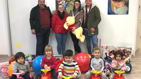Die Kinder freuen sich über das Spielzeug, das Alfred Wunderle, Ramona Wunderle, Marina Biberthaler und Florian Schuster (von links) mitbrachten.