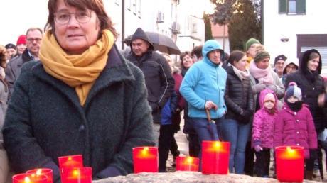 Mit Kerzen erinnerten die Besucher der Mahnwache auf dem Marktplatz in Fischach an die Opfer rassistischer und gewaltvoller Handlungen.