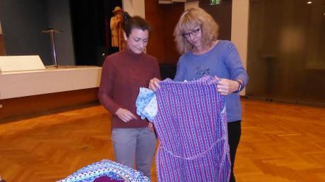 Die Qual der Wahl: Martina Kecht (rechts) ist Sabrina Kraus bei der Auswahl der Kittelschürzen, die alle noch aus Oma´s Zeiten stammen, behilflich.