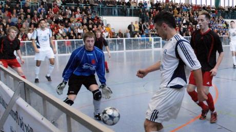 Dicht gedrängt standen die Zuschauer auf den Rängen, als vor zehn Jahren bei der Endrunde in der Diedorfer Schmutterhalle noch Hallenfußball mit Bande gespielt wurde.