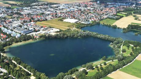 Königsbrunn, mit dem Ilsesee im Vordergrund, ist die größte Stadt im Landkreis Augsburg.