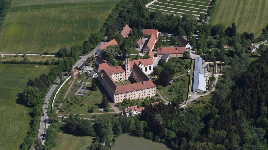 Die Abtei Oberschönenfeld im Landkreis Augsburg mit dem Volkskundemuseum, Biergarten und Spielplatz ist ein beliebtes Wanderziel.