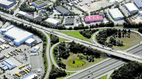 Seit Montag laufen Sanierungsarbeiten an der Kreuzung B2 und B17 mit der Autobahn A8. Bis zum 30. Juni wird eine Fahrspur der Autobahn gesperrt.