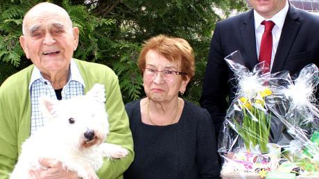 Meitingens Bürgermeister Michael Higl gratulierte im Beisein von Familienhund Pepper dem Ehepaar Anton und Maria Fürst zur Gnadenhochzeit.