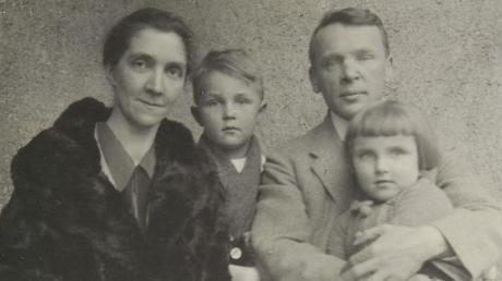 Das Bild zeigt den Widerstandskämpfer Theodor Haecker und seine Familie. Es wurde um 1920 in München aufgenommen.