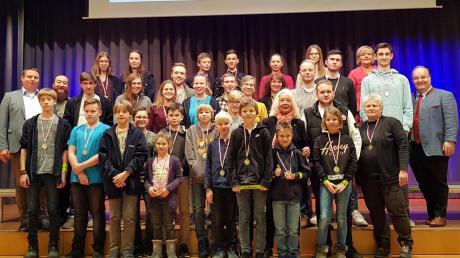 Mit Medaillen, Pokalen und Reflektor-Armbändern wurden die Sportler des Jahres 2019 durch Bürgermeister Paul Metz mit seinen Stellvertretern Michael Smischek und Bärbel Schubert im Bürgersaal ausgezeichnet.
