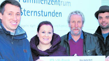 Philipp Schmid und Anna-Lena Wagner (von links) sowie Marktgemeinderat Florian Möckl (rechts) überreichen die Spende an den Regionalleiter der St. Gregor-Stiftung Kurt Nießner.