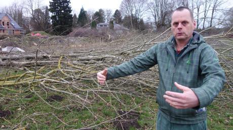 Daniel Füchsle ist sauer: In seiner Nachbarschaft gegenüber des Bobinger Industrieparks wurden zahlreiche Bäume gefällt.