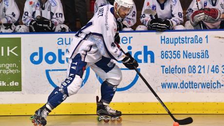 Simon Arzt ist als Verteidiger im Skaterhockey-Team des TV Augsburg nicht wegzudenken. Seit vielen Jahren jagt der Horgauer der roten Kugel hinterher.
