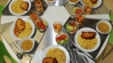 Das Essen in einigen Schulkantinen im Landkreis, hier ein Symbolfoto, enthält inzwischen etwa ein Drittel an Bionahrungsmitteln. Noch trägt der Landkreis die Mehrkosten dafür alleine.