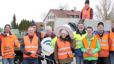 """Bei ihrer Aktion """"saubere Fluren um Herbertshofen"""" wurde von Aktiven der FLW Unrat rund um den Meitinger Ortsteil Herbertshofen aufgesammelt."""