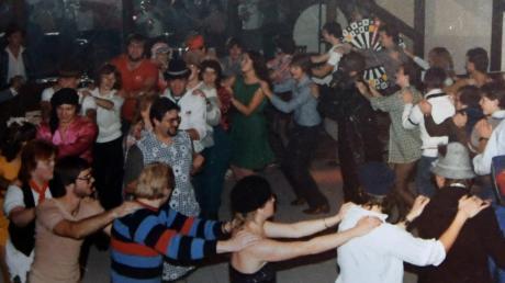 Polonäse, ausgelassene Stimmung, Livemusik – die Partys in der ehemaligen Diskothek Casino-Club am Horgauer Bahnhof waren legendär. Viele unserer Leser haben Erinnerungen an die Partyzeit. Nun steht das Gelände zum Verkauf. Was daraus wird ist noch unklar. Bevor das Haus zur Diskothek wurde, war es ein Wirtshaus mit großem Biergarten.