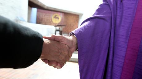 In Zeiten von Corona ist vor allem Handhygiene wichtig. Deswegen fällt seit einigen Wochen in den Gemeinden der Friedensgruß aus. Weil sich die Situation nun verschärft hat, bleiben mittlerweile viele Gläubige zu Hause. In Dinkelscherben können sie die Sonntagsmesse im Livestream verfolgen.